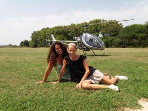 2 chics posando delante nuestro helicoptero
