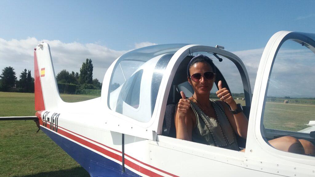 Mujer feliz despuis de volar en avioneta